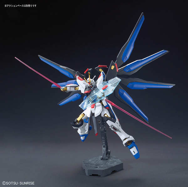 Strike Freedom Gundam in scala 1:144 HG Cosmic Era Revive